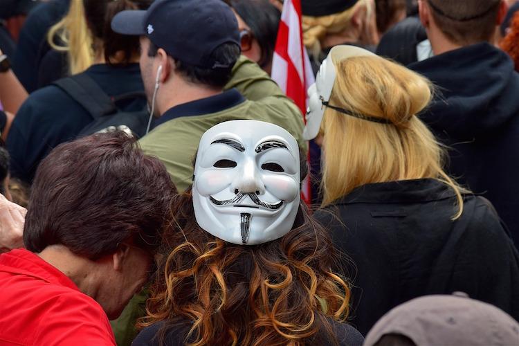 L'etica hacker e le tecniche di spionaggio e di attacco informatico per manipolare e controllare l'informazione sul web.